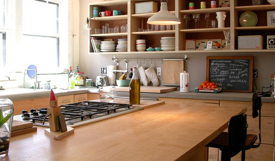 Стеллажи в интерьере кухни